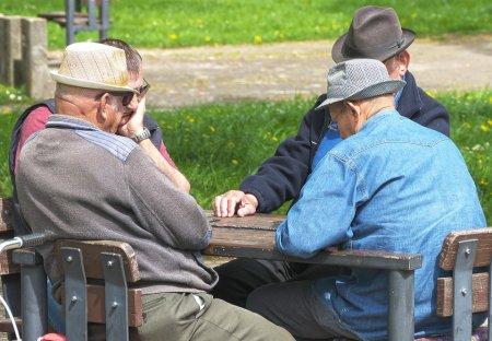 В России предложили выплатить пенсионерам по 15 тыс. рублей