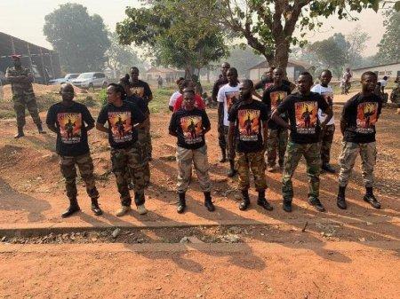 Российские инструкторы подарили центральноафриканским курсантам памятные футболки